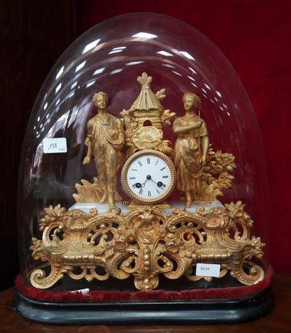 * Pendule en bronze doré et albâtre figurant...
