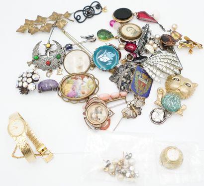 Réunion de bijoux fantaisie ancien comprenant...