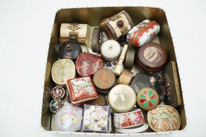 Lot de petites boîtes en porcelaine, métal, pierre dure, émail, os, etc.