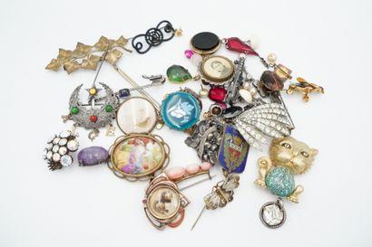 Réunion de bijoux fantaisie ancien comprenant : broches, clips d'oreilles, pendentifs....