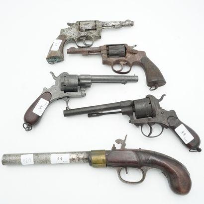 Réunion de quatre révolvers et un pistolet...