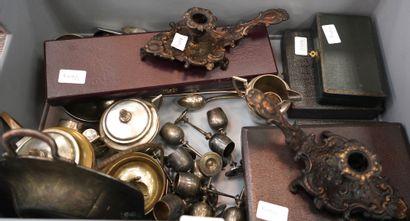 Important lot de métal argenté : louches,...