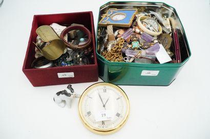 Réunion d'objets de vitrine et bijoux fantaisie...