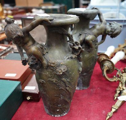 Paire de vases en bronze à décor de fleurs...