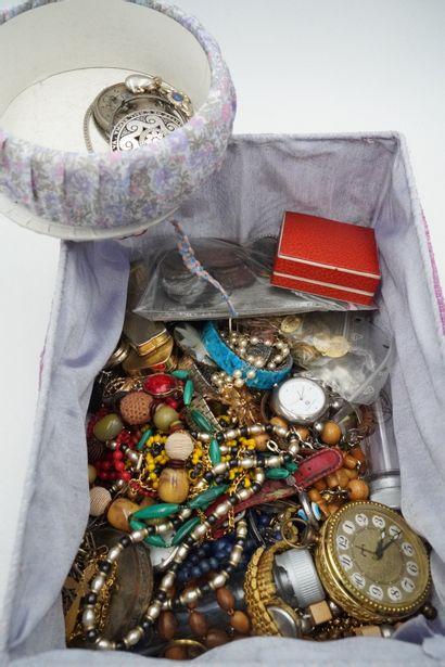 Lot de bijoux fantaisie, pendulette, méd...