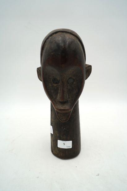 Tête en bois sculptée de style Africain.