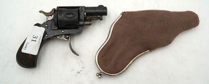 Petit revolver marqué en creux d'un R co...