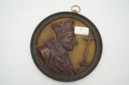 Médaillon en bronze orné d'un bas relief...
