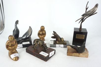 Ensemble de sept petits sujets en bronze...