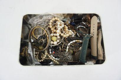 Petit coffret contenant un ensemble de bijoux...