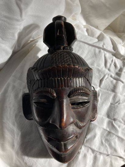 Masque de type Afrique, bois à patine brun...
