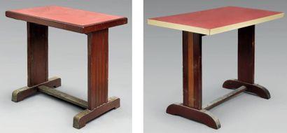 Deux tables de bistrot en bois, l'une coiffée...