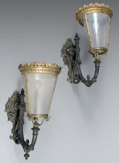Paire de lanternes d'applique de rue en fonte, laiton et cuivre, de forme conique...