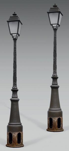 Paire de lampadaires montmartrois en fonte...