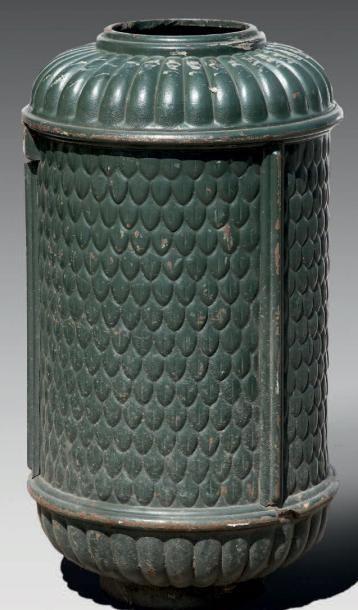 Paire de poubelles publiques parisiennes, de forme cylindrique, en fonte peinte...
