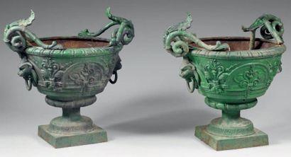 Paire de vasques de jardin évasées, en fonte peinte en vert, à décor de feuillages...