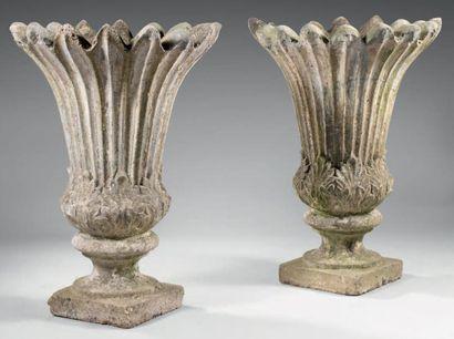 Paire d'importants vases en pierre reconstituée...
