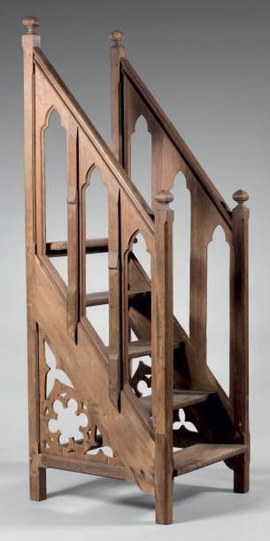 Escalier droit de cinq marches de chaire...