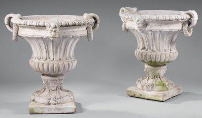 Paire de vases Médicis en plâtre, la panse...