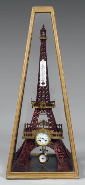 Tour Eiffel en bois découpé teinté acajou,...
