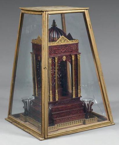 Important portique en bois découpé teinté acajou et peint en doré, à décor orientalisant...