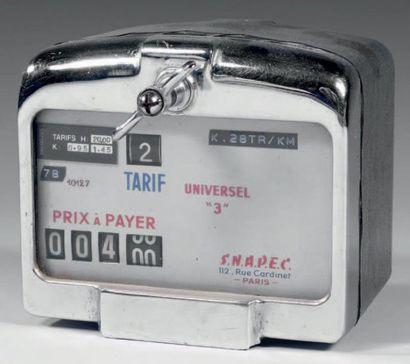 Compteur de taxi manuel en métal, le cadran indiquant «Tarif universel 3» et le...