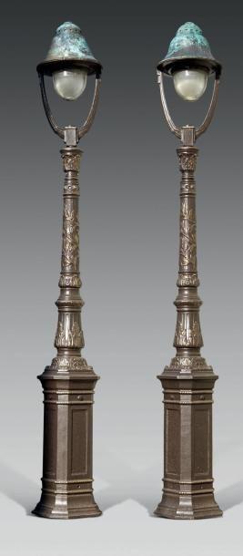 PAIRE DE LAMPADAIRES Fonte peinte, le fût balustre feuillagé supportant un double...