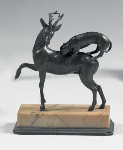 CERF ATTAQUÉ PAR UN CHIEN Épreuve en bronze...