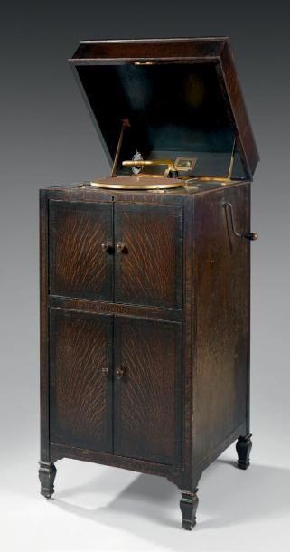 GRAMOPHONE, 1927 Dans un meuble de bois verni...