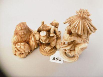 JAPON - Epoque MEIJI (1868 - 1912) Trois okimono en ivoire, aïnu agenouillé avec...