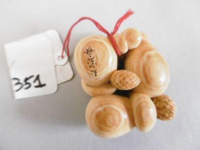 JAPON - XIXE SIÈCLE Netsuke en ivoire à patine jaune, kakis accolés. Signé Gyokuhosai....