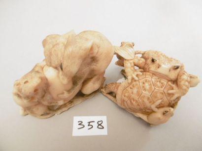 JAPON - Epoque MEIJI (1868 - 1912) Deux okimono en ivoire marin, deux rats se disputant...