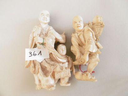 JAPON - Epoque MEIJI (1868 - 1912) Deux okimono en ivoire, rakan debout avec son...