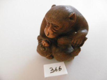 JAPON - Epoque MEIJI (1868 - 1912) Okimono en buis, un singe avec son petit. Les...