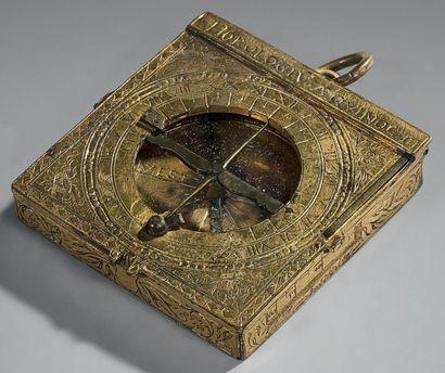 CADRAN ÉQUINOXIAL UNIVERSEL Daté 1572 Laiton doré (usures) 52 mm x 54 mm L'instrument...