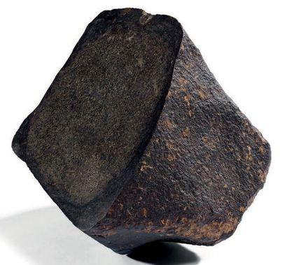 CHONDRITE INDÉTERMINÉE Chondrite Météorite brute, une face coupée 2 368 g 130 x...