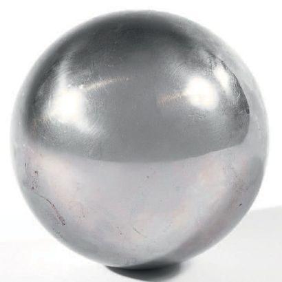 GIBEON OU MUONIONALUSTA Sphère Sphère avec structures de «Widmanstätten» peu visibles...