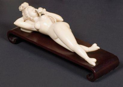 Statuette de femme allongée dénudée dite...