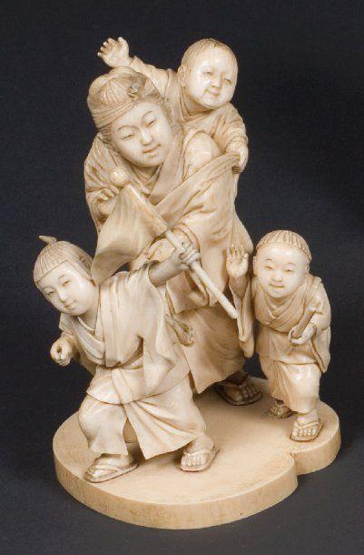 Okimono en ivoire du Japon, groupe de quatre...