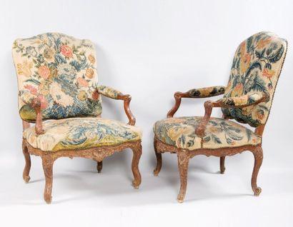 Paire de fauteuils en bois mouluré à décor...