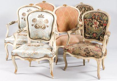 Suite de six fauteuils en bois mouluré relaqué...