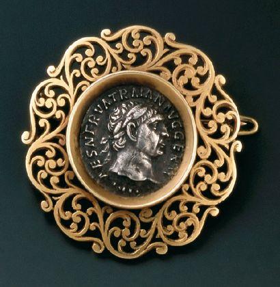 Broche ronde sertie d'une pièce antique en...