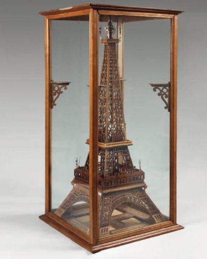 Exceptionnelle maquette de la Tour Eiffel en bois découpé de deux tons, les arches...