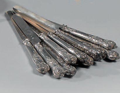 Douze couteaux en argent, le manche à décor...