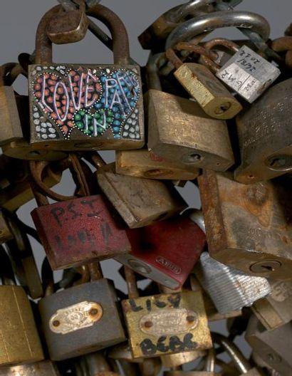 Cadenas d'amour Section de tablier du garde-corps de la Passerelle des Arts à Paris,...