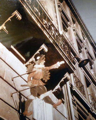 """ENSEIGNE DU MARCHAND DE JOUET """" AU POLICHINELLE """" Fer peint en polychromie, figurant..."""