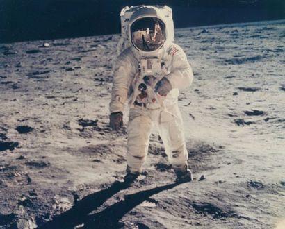 NASA. MISSION APOLLO XI. BUZZ ALDRIN SOUS L'OBJECTIF DE NEIL A. ARMSTRONG Dans la...