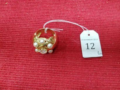 BAGUE DÔME Or jaune ornée de perles et d'une...