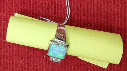 BAGUE Platine ornée d'une opale doublée...