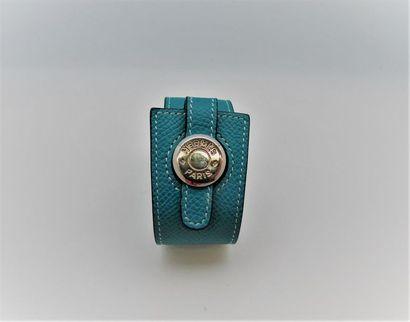 HERMES Paris Bracelet en veau grainé bleu...